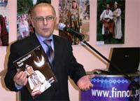 Михаил Васютин демонстрирует первый номер журнала в финно-угорском культурном центре в Сыктывкаре