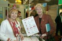 Н.Дементьева (справа) представляет рекламную продукцию о Марий Эл на ярмарке книг в Москве