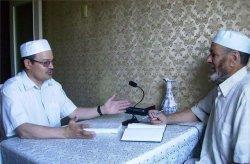 Рафис Кашапов (слева) дает интервью