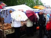 Погода заставила зрителей праздника вооружиться зонтами