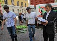 """Члены партии """"Яблоко"""" заносят в Мосгоризбирком очередную коробку с подписными листами"""