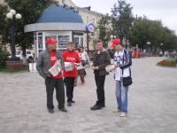 Активисты КПРФ распространяют партийную прессу