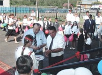 Президент Башкирии Муртаза Рахимов открывает новую школу в марийской деревне Янгаулово
