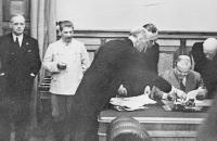 Во время подписания пакта Молотова-Риббентропа