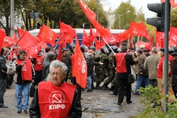 Омоновцы недолго преграждали путь коммунистам, явно превосходившим их по численности. Фото: kprf.ru