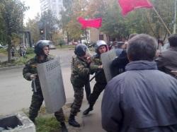 ОМОН препятствует шествию коммунистов. Фото: kprf.ru