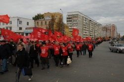 Колонна коммунистов движется к площади Ленина