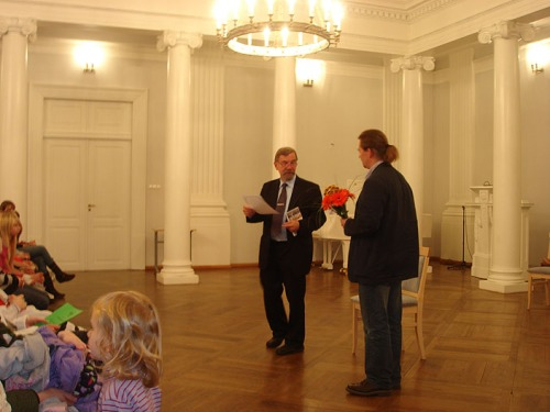 Тыну Сейленталь вручает стипендию Николаю Кузнецову
