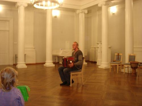 Выступает эстонский гармонист