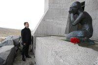 Дмитрий Медведев возлагает цветы к монументу в память о жертвах политических репрессий «Маска скорби», 24 сентября 2008 г. Фото: kremlin.ru