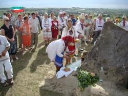 У мемориального камня Полтышу