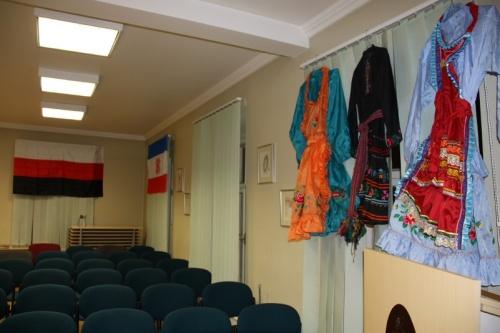 Экспонаты выставки национальная одежда башкирских мари и флаг марийского народа и Марий Эл