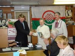 Памятный подарок вручается одной из членов «Марий ушем» В.П.Щербаковой