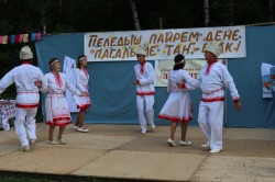 "Танцует ансамбль ""Лӱҥгалтыш"" на празднике Пеледыш пайрем"