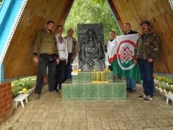 Активисты у памятника Акпатру