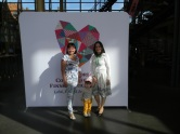 Самая молодая марийка конгресса (в середине) с мамой (справа)
