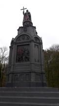 Памятник князю Владимиру-крестителю Руси, закиданный краской, зачем - не известно.