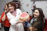 Мария Кожевникова получила главный приз викторины - торт