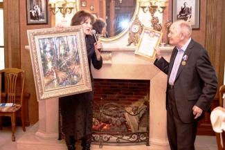 А.И. Садовину вручается картина марийской художницы Елены Нагоркиной