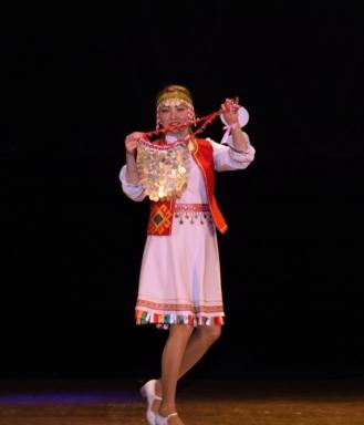 Анастасия Минеева исполняет марийский танец
