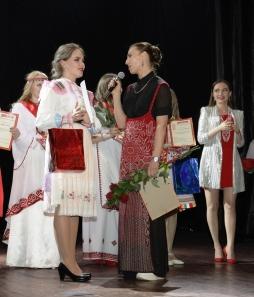 Екатерина Ребежа вручает Анне Захаровой спецприз - путевку на Всероссийский конкурс Губернский стиль