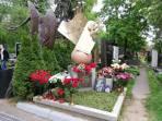 Много цветов возложили к памятнику