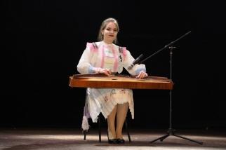 Участница конкурса Анна Захарова играет на гуслях